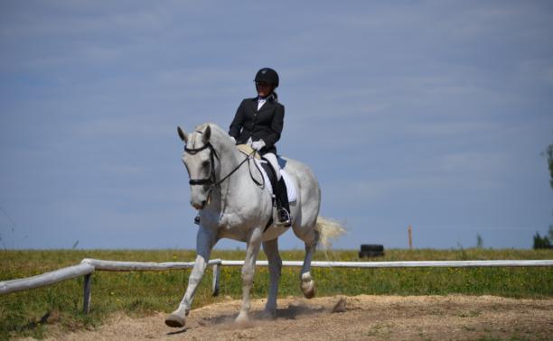 В Ясной поляне стартовал турнир по конному спорту