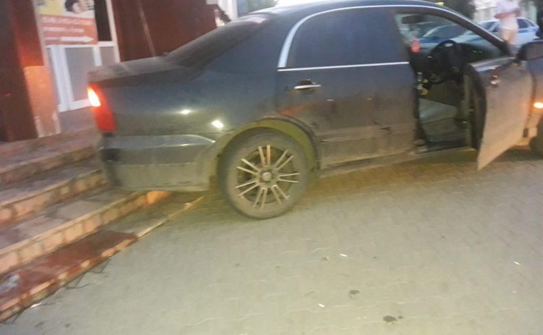 В Туле очевидцы ДТП хотели вытащить пьяного водителя из машины, а он ударил по газам и сбил двух девушек