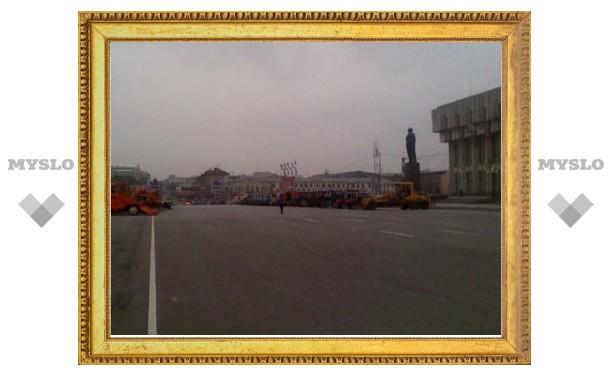 В день митинга площадь перед правительством Тульской области заставили снегоуборочной техникой