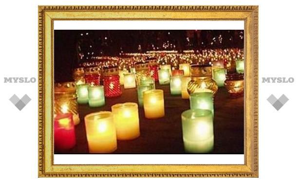 Тысячи активистов молодежных движений зажгли свечи у храма Христа Спасителя