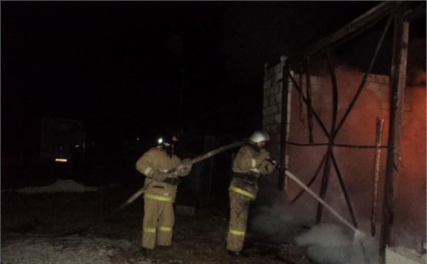 В Киреевском районе сгорел гараж с двумя машинами