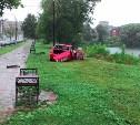 На ул. Дмитрия Ульянова «Лифан» пробил забор и врезался в дерево