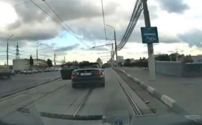 Постановка или нет: в Туле владелец кабриолета популярно объяснил водителю «буханки», что мусорить нехорошо