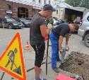 Дорожные рабочие капитально ремонтируют дыру в асфальте на улице Каминского