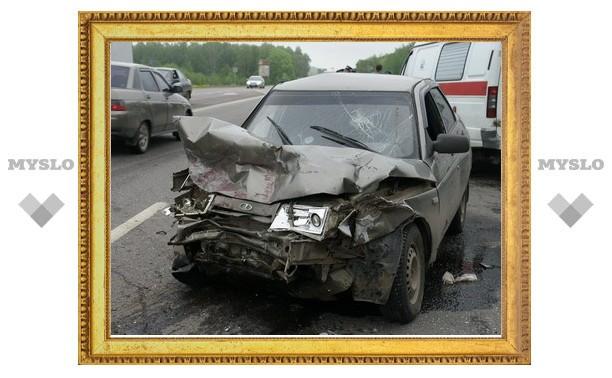 Под Тулой автомобиль сотрудника ГИБДД протаранил легковушку