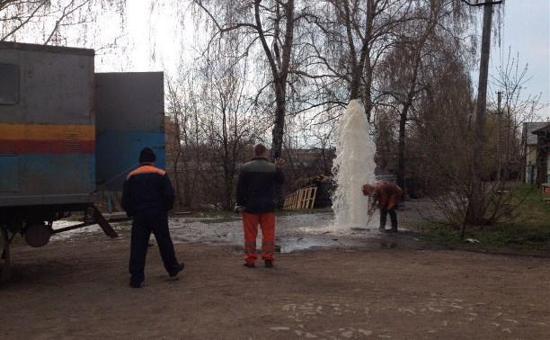 На Пролетарской набережной из канализационного люка забил трёхметровый фонтан