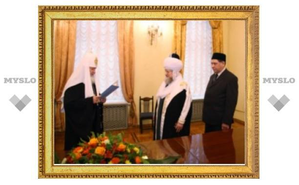 Патриарх Кирилл наградил муфтия Таджуддина церковным орденом