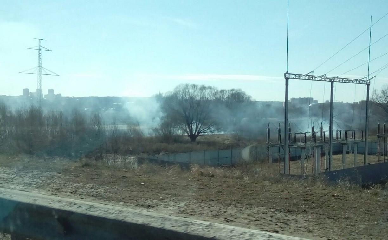 Рядом с Восточным обводом загорелось поле