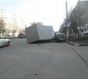 В Туле грузовик упал на иномарку