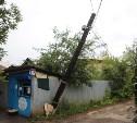 На улице Болдина над дорогой навис электрический столб