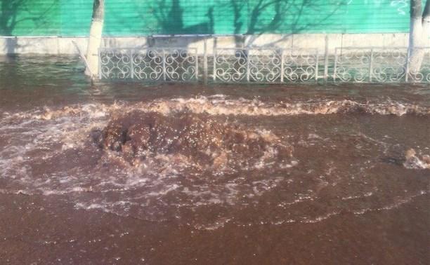 На Советской из канализационного люка бьёт фонтан