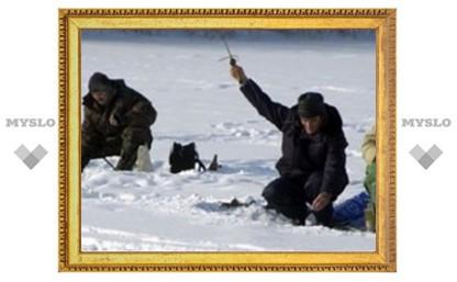Рыбаки рискуют провалиться под лед