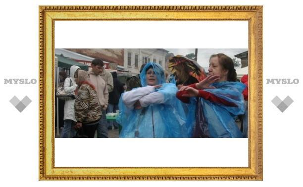 В Крапивне туляки танцевали под дождем