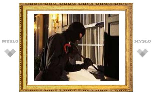Грабитель залез в постель к хозяйке квартиры