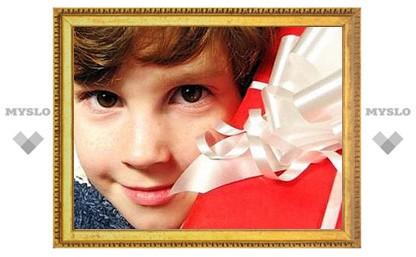 Активные новомосковцы собирают подарки детям