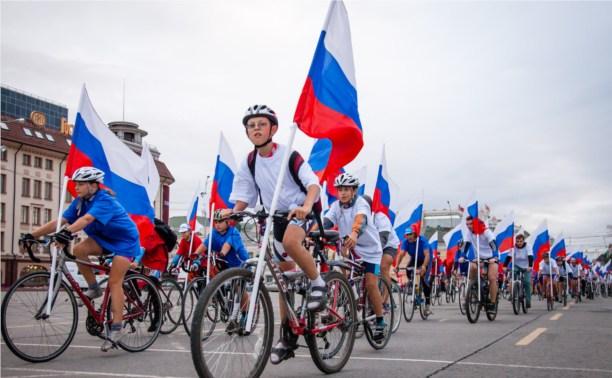 Туляки отметили День флага велопробегом в цветах триколора