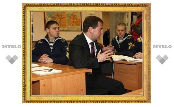 Медведев объяснил кадетам преимущество компьютера над танком