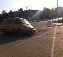 В Новомосковске в дыру в асфальте внезапно провалилась припаркованная маршрутка
