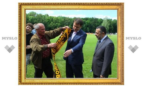 Губернатору подарили футбольный шарф