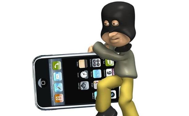 Вор украл у сторожей три мобильника и планшет
