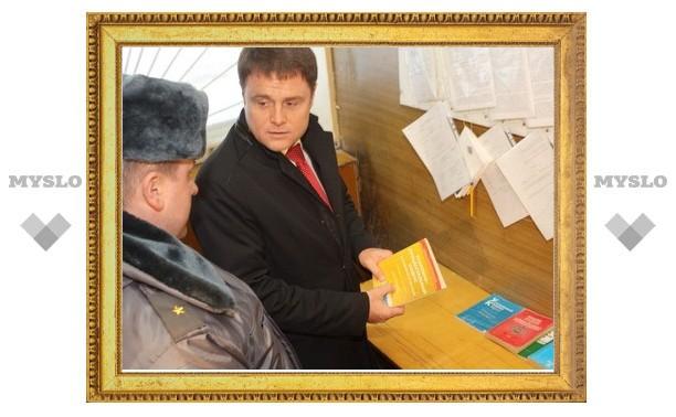 Владимир Груздев пообещал арсеньевским полицейским подарить свежие тексты нормативных документов