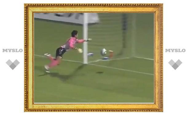Футболист забил гол головой со своей половины поля