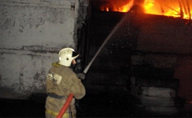 Ночью в Ефремове загорелся ангар с сельхозтехникой