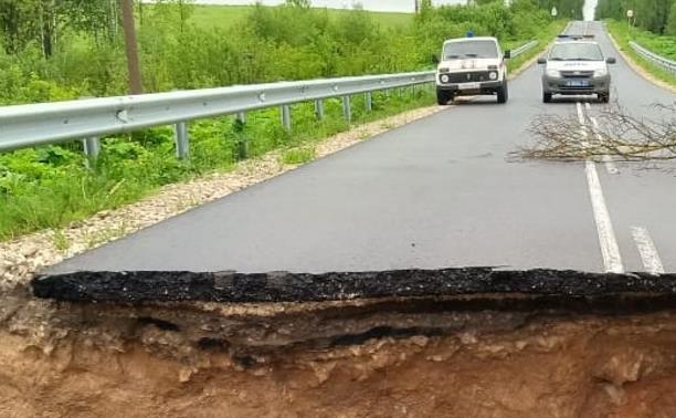 В Тульской области ливень размыл и обрушил дорогу
