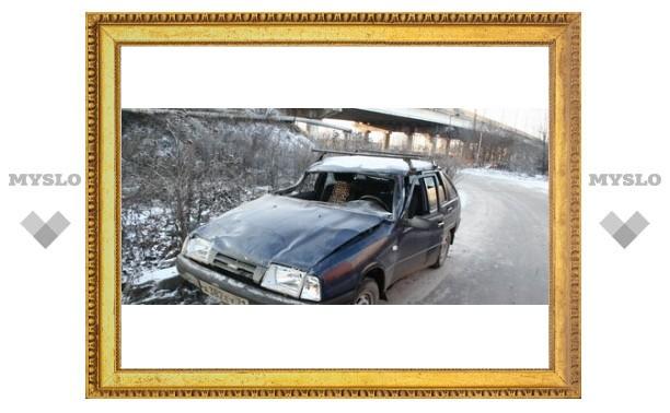 В центре Тулы автомобиль слетел с моста