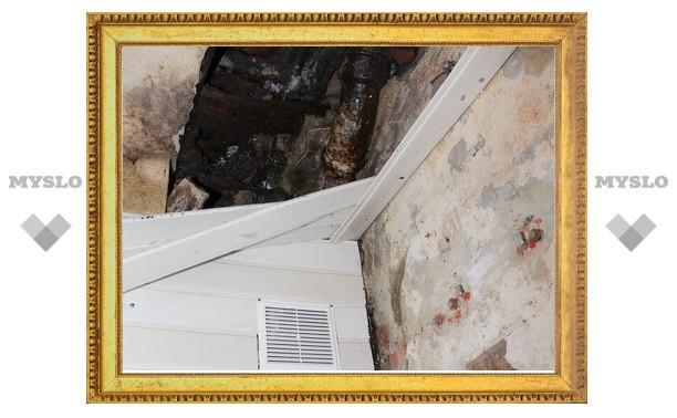 Рухнувший потолок едва не убил ребенка