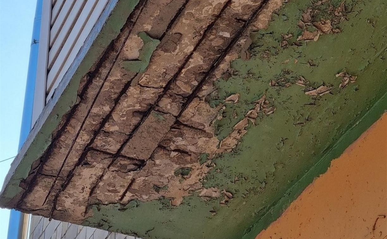 «На голову свалится и привет»: в Пролетарском округе разрушается балкон
