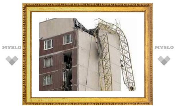 """В Санкт-Петербурге упавший башенный кран """"разрубил"""" жилой 12-этажный дом"""