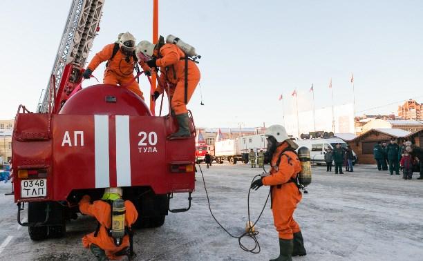 Тульские спасатели устроили показательные выступления на площади Ленина