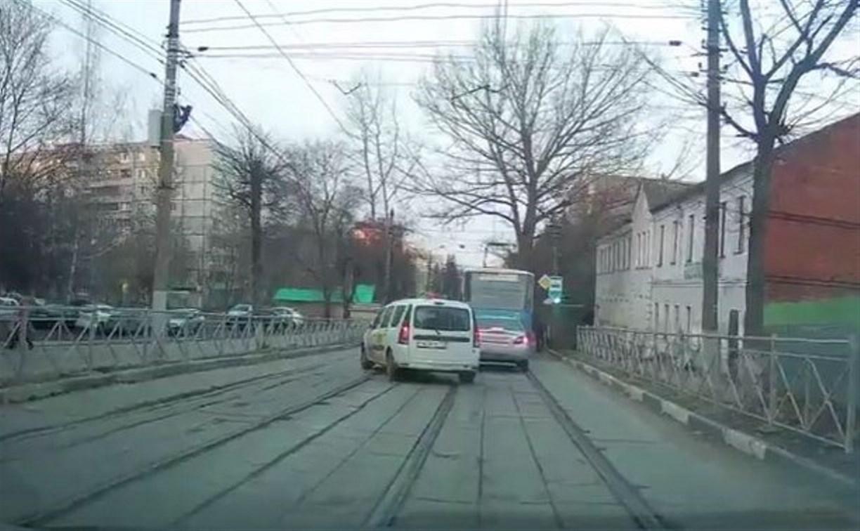 Тульский таксист заплатит 5 тысяч рублей штрафа за запрещенный обгон