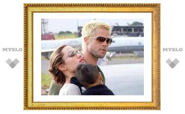 Анджелина Джоли забрала из вьетнамского детдома третьего приемного ребенка