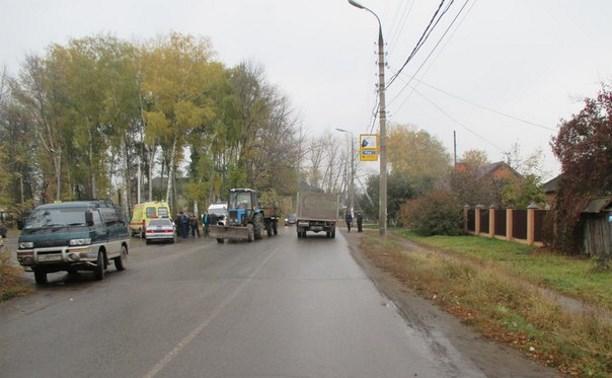 В Узловой водитель «шестёрки» врезался в трактор и сбил двух пешеходов