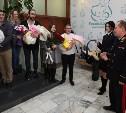 В тульском роддоме сотрудники ГИБДД подарили родителям новорождённых автолюльки