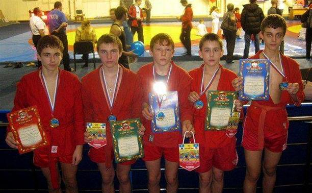 Узловские самбисты взяли комплект медалей в Кашире