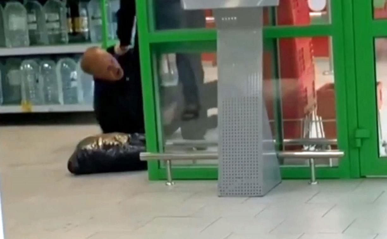 В Туле покупатель шипел на охранника и пытался его укусить