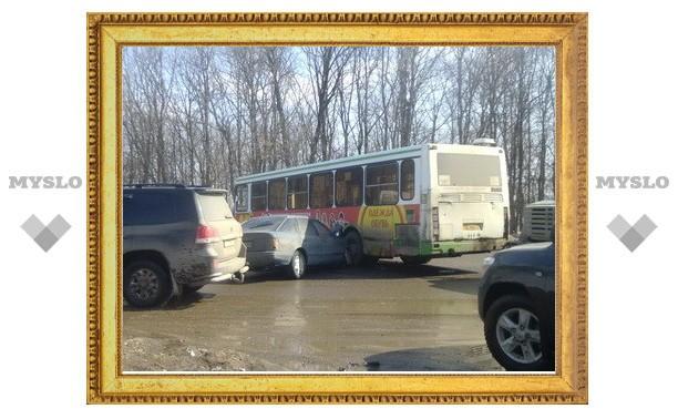 В Туле легковушка протаранила автобус