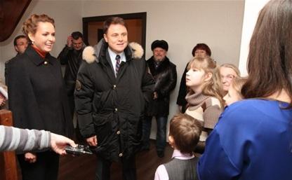 Владимир Груздев подарил многодетной семье квартиру