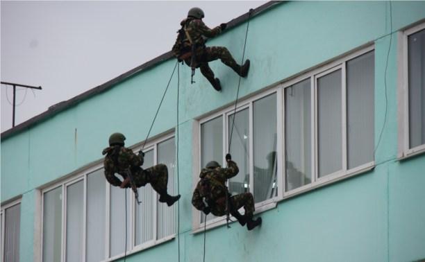 Тульский ОМОН показал детям, как освободить заложников