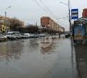 Перекресток Красноармейского проспекта и ул. Лейтейзена затопило водой