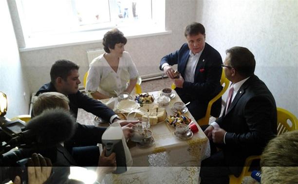 Владимир Груздев вручил семье врача из Кимовска ключи от новой квартиры