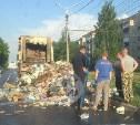 На улице Щегловская Засека в Туле водитель мусоровоза высыпал мусор на дорогу