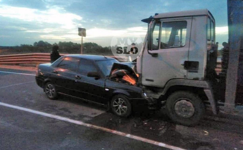 В лобовом ДТП с грузовиком и легковушкой под Тулой пострадал мужчина