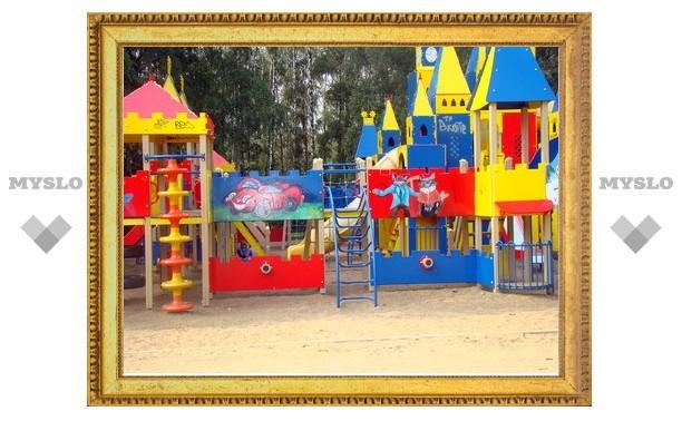Тулячка разрисовала стены детского городка в парке