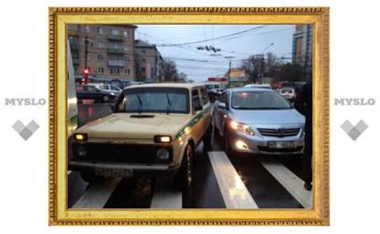 В Туле столкнулись инкассаторская машина и иномарка