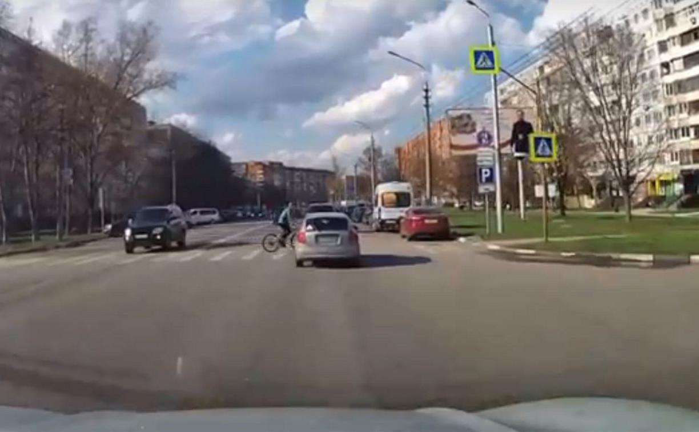 В Туле на улице Лейтейзена KIA сбила велосипедиста: видео