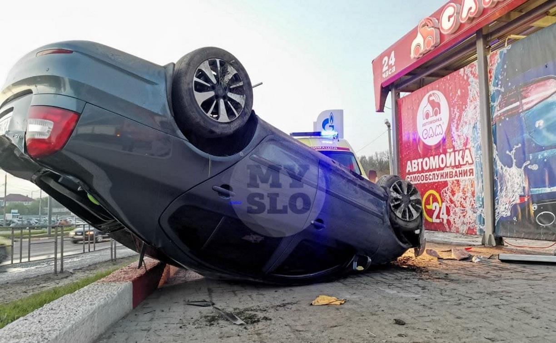 В Туле перевернувшаяся легковушка приземлилась у автомойки